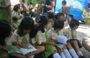 siswa SD membaca
